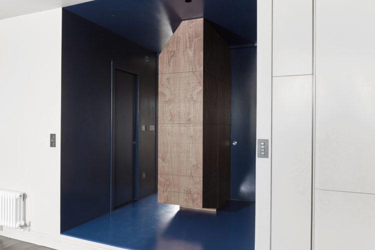 Corridoio. South Kensingthon, Londra. 2016, foto di Ben Gold | maii-interiors.com