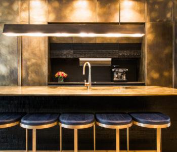 Banco lavoro cucina. Campden Hill Road, Londra. 2017, foto di Xavier Béjot | maii-interiors.com