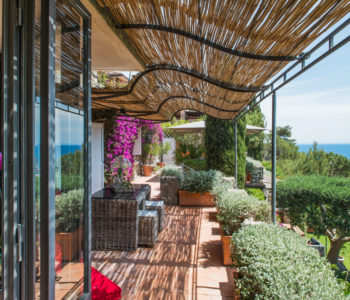 Terrazza con piante. Monte Argentario, Toscana 2015, foto di Xavier Béjot | maii-interiors.com