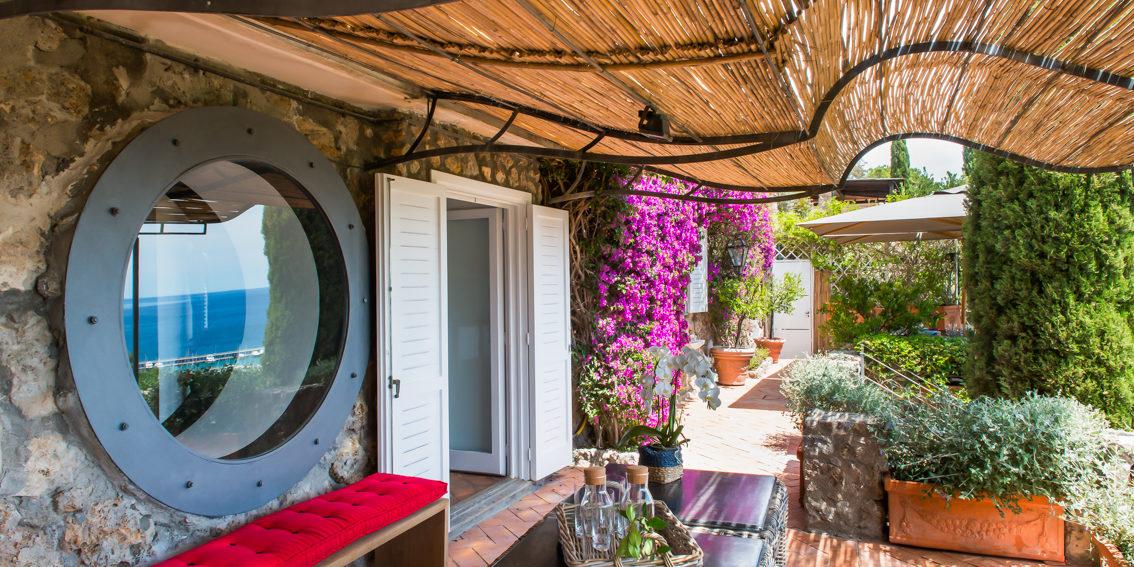 Terrazza con tavolino. Monte Argentario, Toscana. 2015, foto di Xavier Béjot | maii-interiors.com