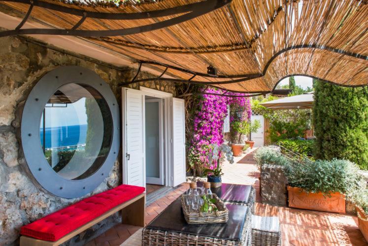 Terrazza con tavolino. Monte Argentario, Toscana 2015, foto di Xavier Béjot | maii-interiors.com